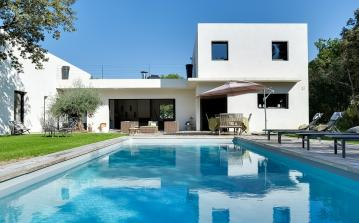 Architect designed villa surrounded by nature, 10 minutes from Aix en Provence. Boasting private pool, 5 bedrooms and beautiful terrace. Sleeps 10. (AIX115SB)