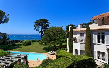 Beautiful 19th century 9 bedroom house, located on the seafront in Antibes. Offering air conditioning, a heated swimming pool and extensive grounds. (ANT121SB)