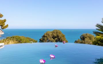 Single-Story Villa with Stunning Views. Infinity Pool and Workout Area. 4 Bedrooms to sleep 8 (EZE105PS)