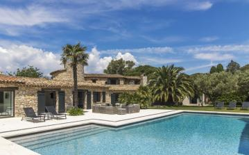 Sophisticated Villa 50m from Beach near St Tropez. 6 bedrooms, sleeps 10 (GAS106Q)