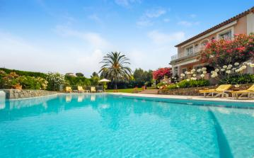 JUA103Q - Elegant luxury villa located in the hills in Juan les Pins, boasting a private infinity swimming pool, a stunning garden and 6 bedrooms.