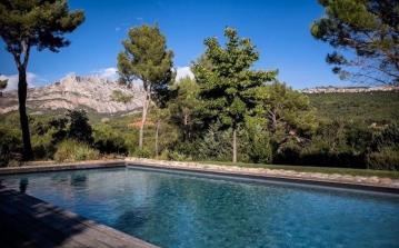 Stunning modern villa, perfect for children, located in Le Tholonet 5 mins from Aix en Provence, private pool, children activities, sleeps 10. (LETH101SB)