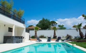 Contemporary Villa 20km from Montpellier with Pool. 5 bedrooms, sleeps 10 (MONT140GN)