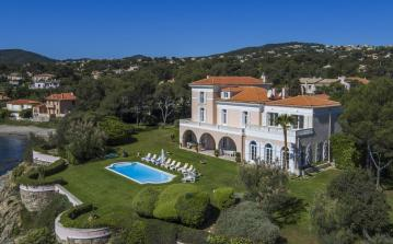 SAG101Q - Luxury French Riviera beachfront villa with pool to sleep 12