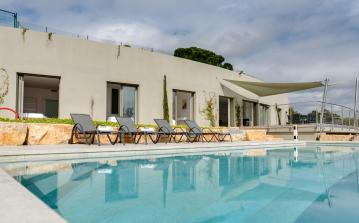 Contemporary Villa with Stunning Views and Private Beach. 6 bedrooms, sleeps up to 14 (STMX130SB)