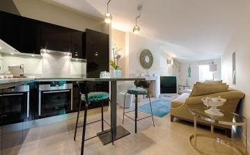 Luxury apartment in the heart of St Tropez, 1 bedroom and 2 bathrooms to sleep 2 (STPZ168HR)