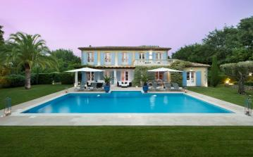 The luxury Villa has a living space of 400m2, a large swimming pool and 5 bedrooms. (STPZ176HR)